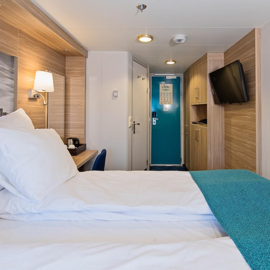 Une chambre avec un grand lit dans une chambre