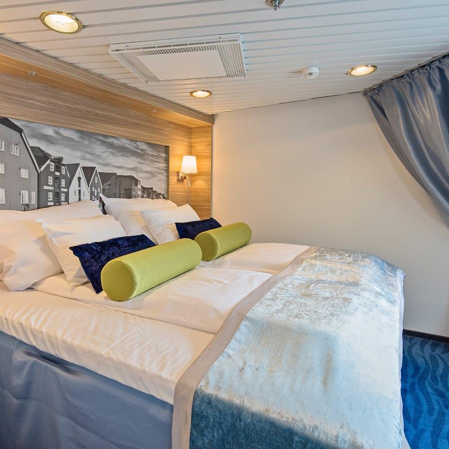 Une chambre avec un lit et un bureau dans une chambre