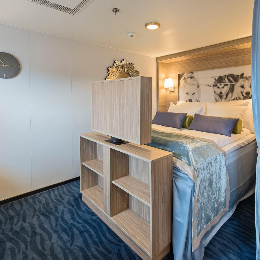 Une chambre avec un lit et une chaise dans une chambre