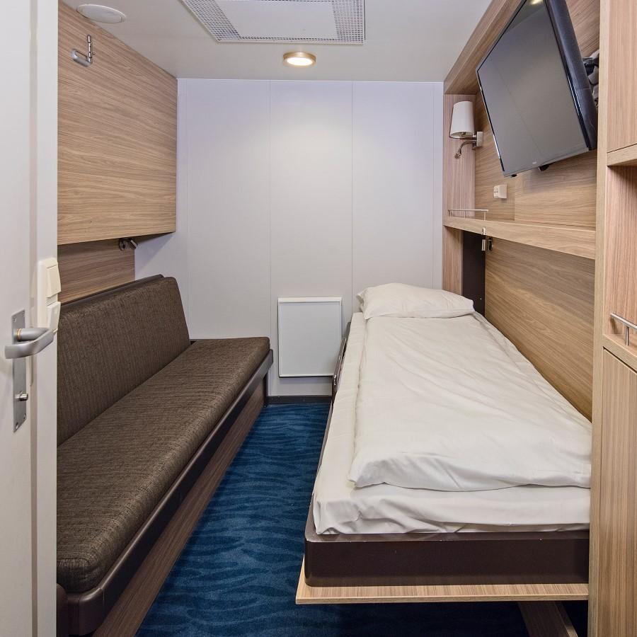 Une chambre à coucher avec un lit et un miroir