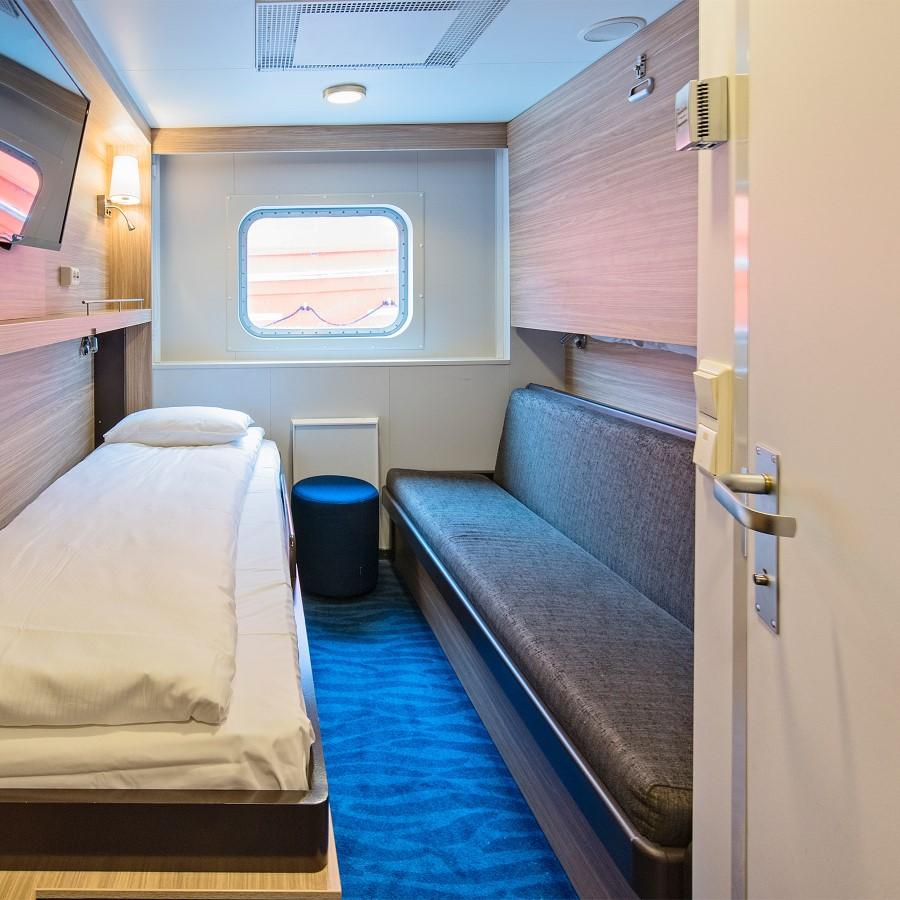 Une chambre avec un lit dans une chambre
