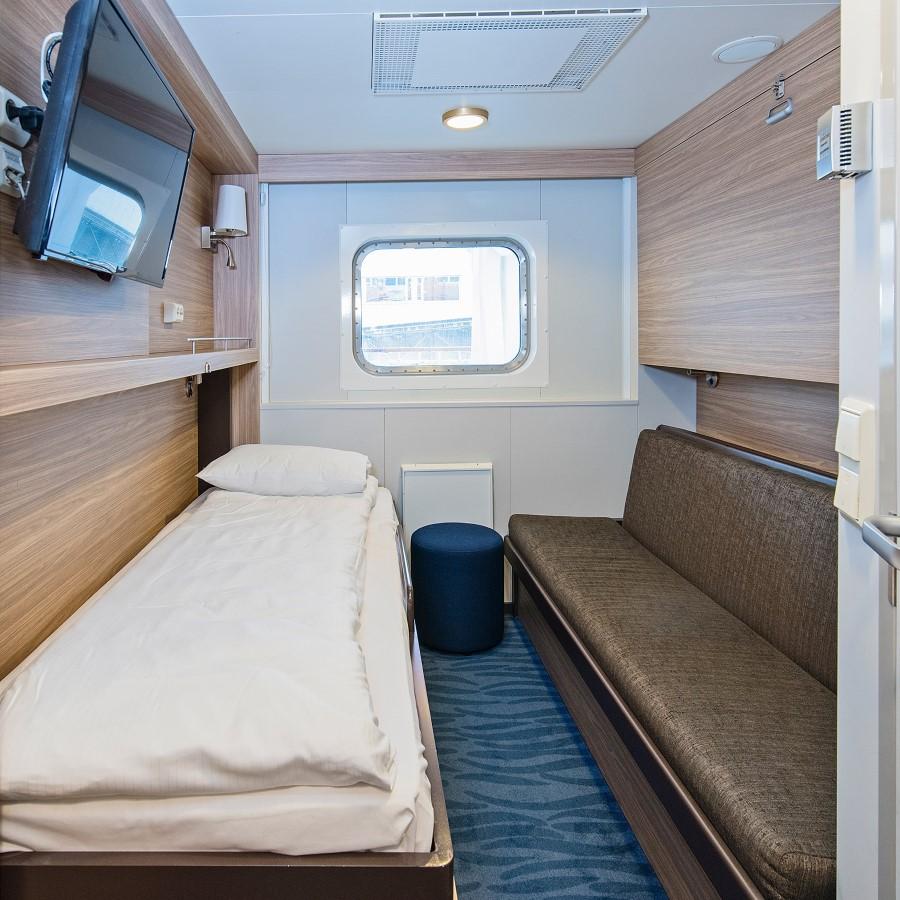 Un lit double dans une chambre