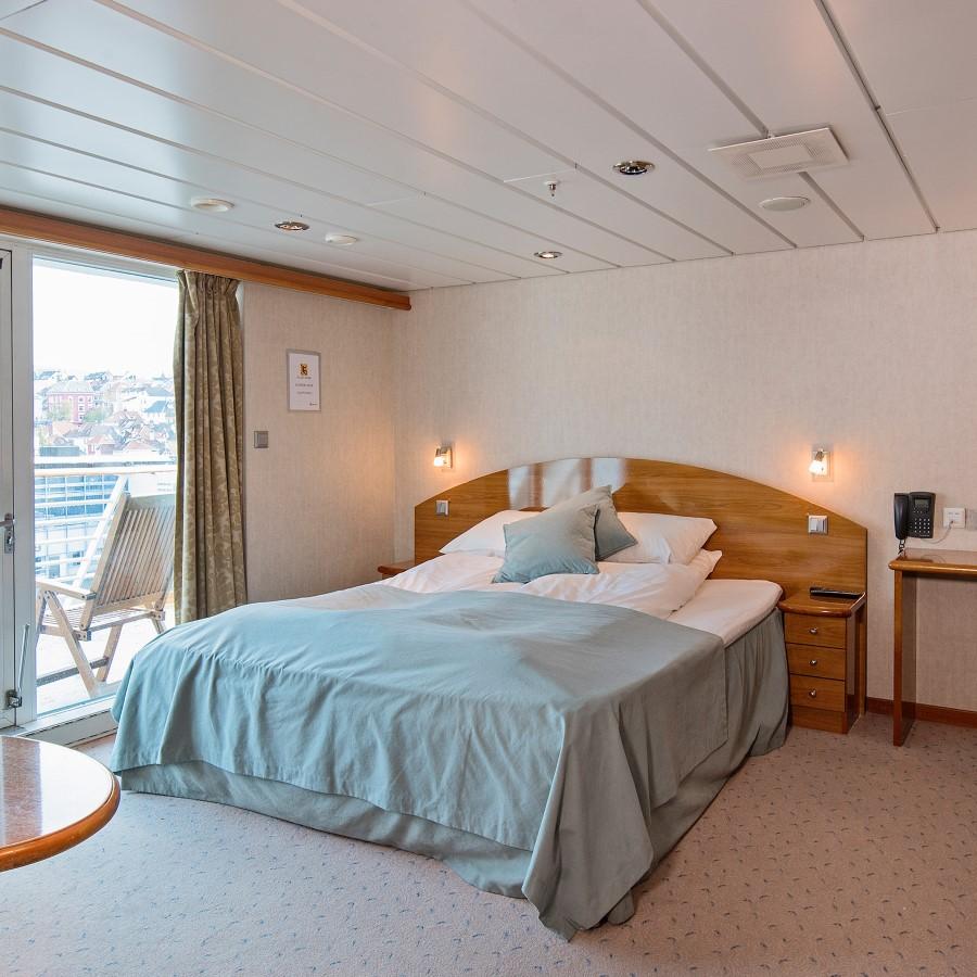 Une chambre avec un grand lit dans une chambre d'hôtel