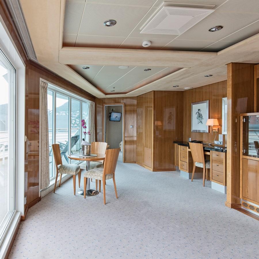 Une pièce remplie de meubles et une grande fenêtre