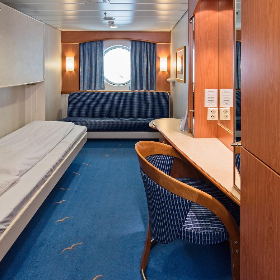 Une chambre avec un lit et un bureau dans une petite chambre
