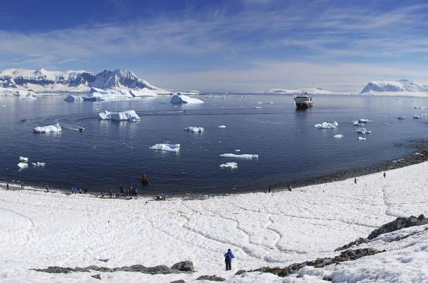 Vous découvrirez plusieurs sites de l'Antarctique. En fonction de l'état de la glace et des conditions de vent, vous pourrez peut-être admirer Whalers Bay, Half Moon Island et Brown Bluff, un paysage dominé par une gigantesque falaise d'origine volcanique de couleur rouille située à côté d'une plage parsemée de « bombes » de lave.